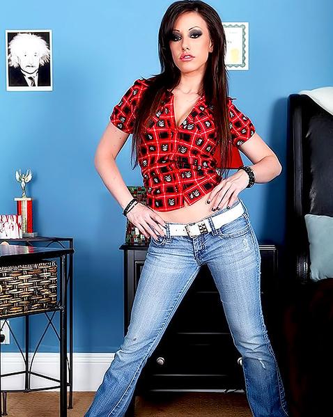Женщина в джинсах сосет член