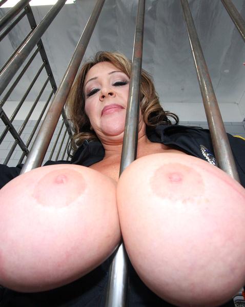 Огромные сиськи у трахающейся в тюрьме суке в униформе