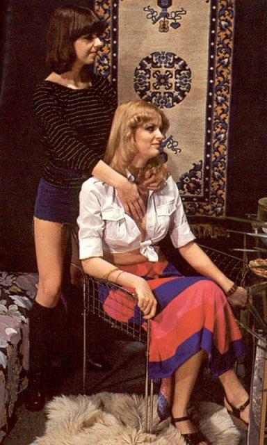lesbiyanki-foto-retro-yubka-trusi-v-popu
