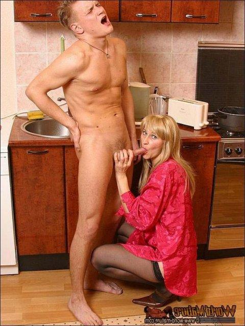 русская жена на кухне в халате порно онлайн сосущая