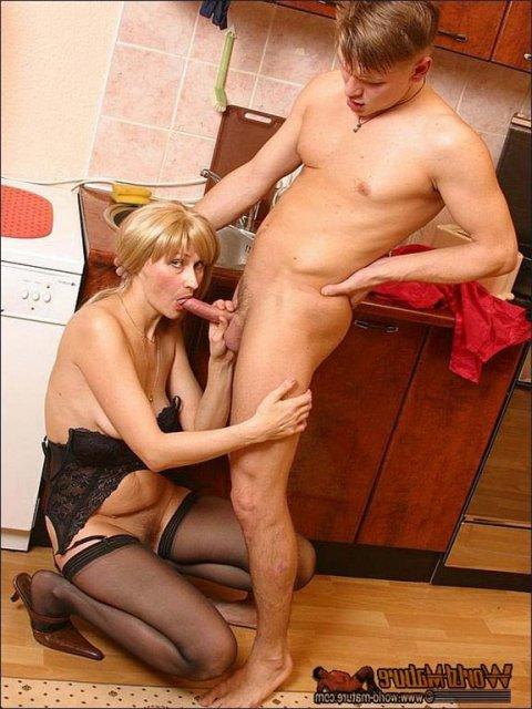 секс со взрослой женщиной на кухне немного вниз доскам