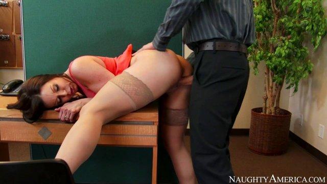 Парень жестко наказал членом свою сестричку воришку