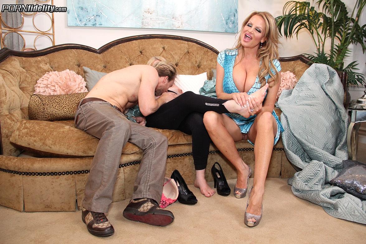 Вагинальный секс беременной блондинки с большими буферами в оргии