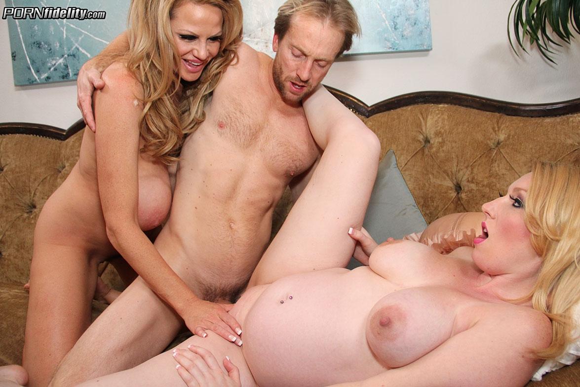 Беременной блондинке подруга делает куни перед еблей в пизду и дрочкой