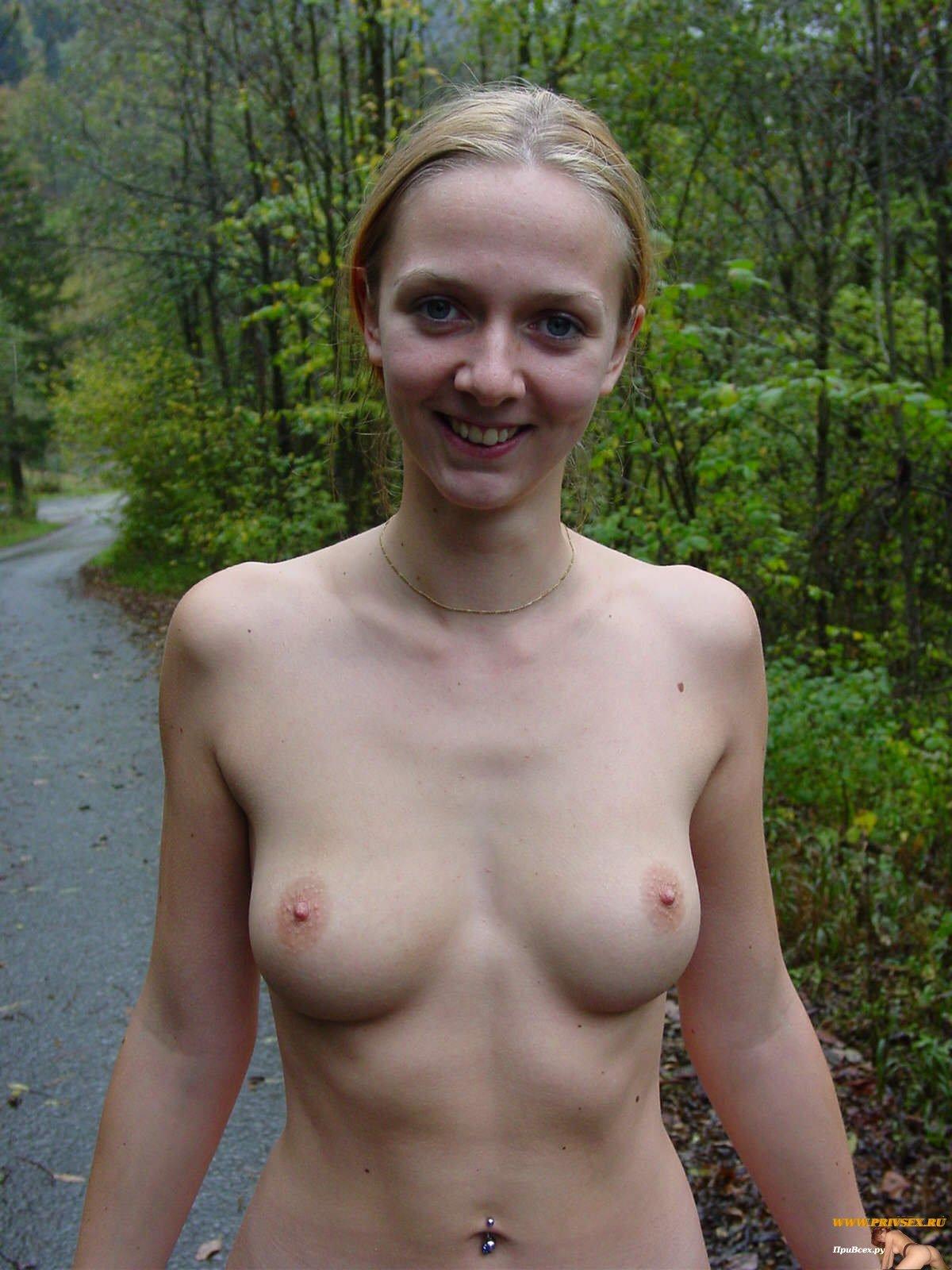 Мускулистая леди показывает сиськи