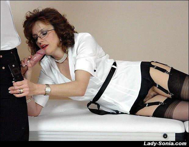 Зрелая тетка в чулках стонет от вагинальной ебли на кровати