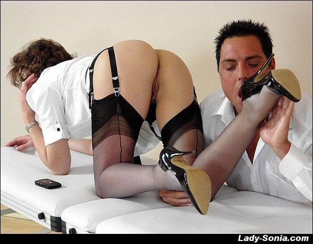 Порно фото без трусиков в чулках на кровати 14