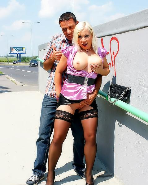 Блондинка с большими титьками в атласной одежде трахается на улице