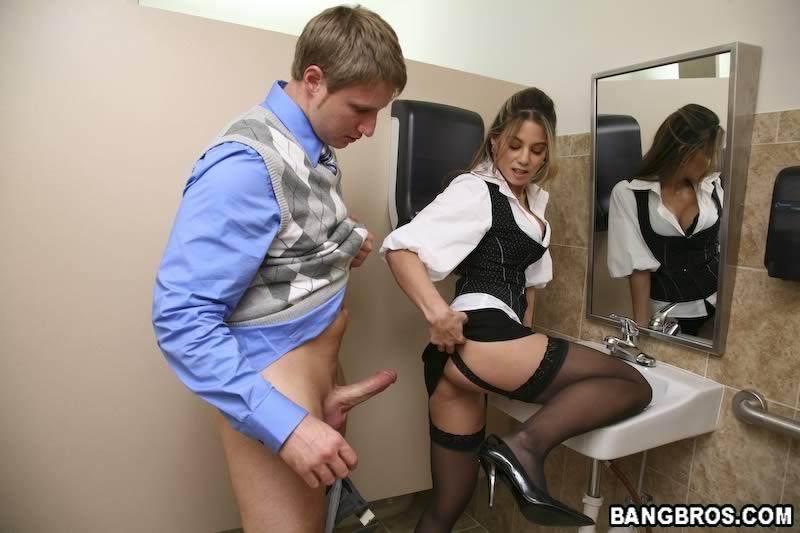 Трах секретарши в туалете
