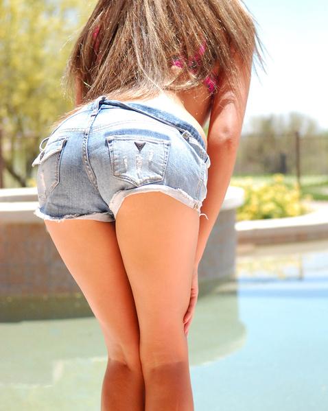 Худая девочка в шортах у бассейна возбуждает маленькими титьками