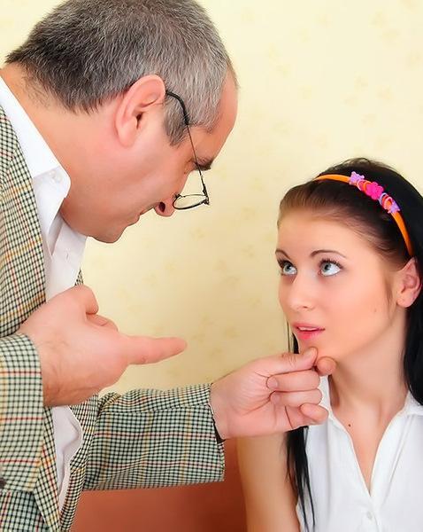 Трахает молодую девушку на столе в кабинете