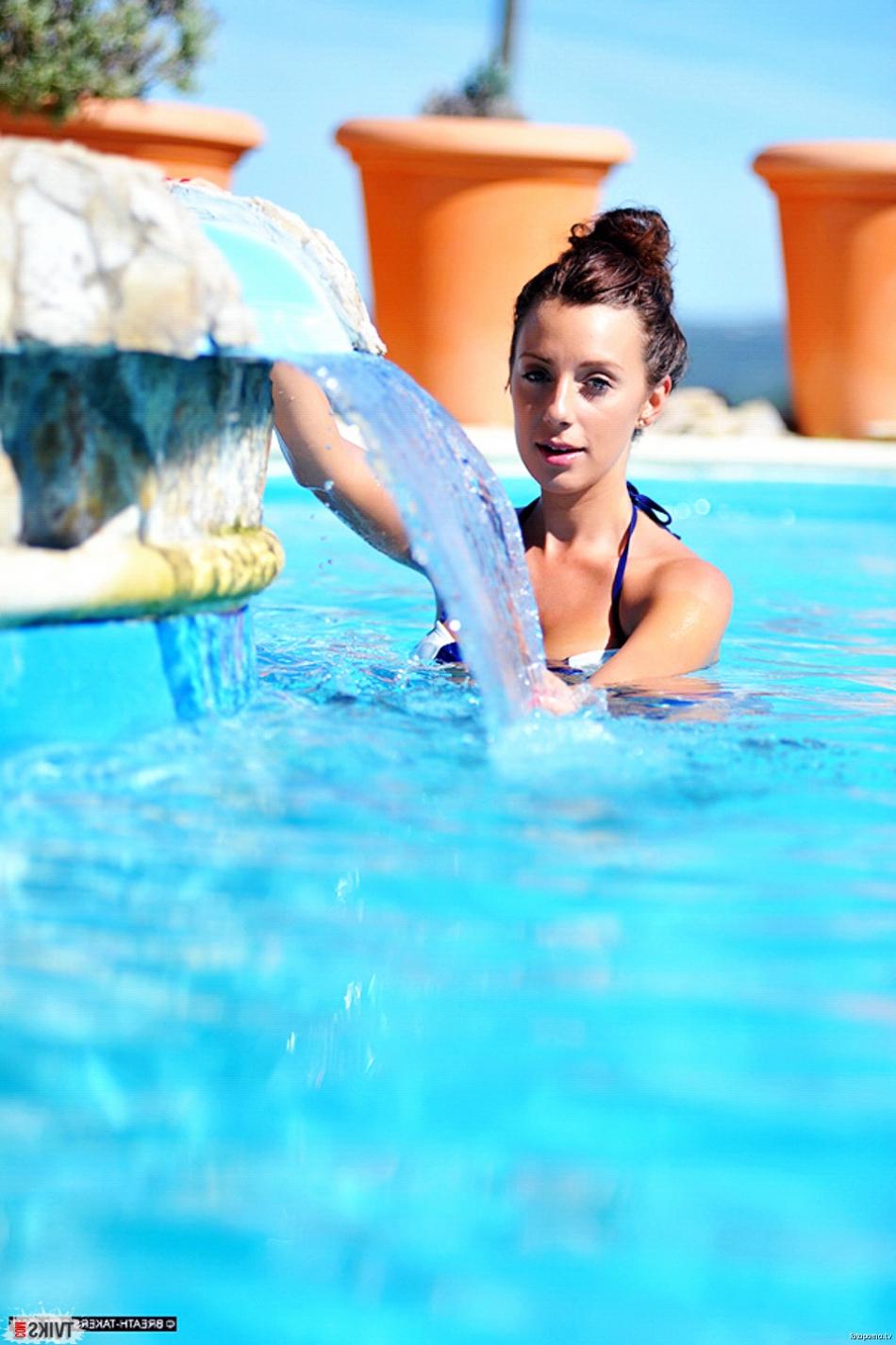 Блонди с упругими дойками делает селфи у бассейна