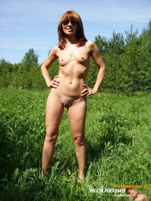 Стройные давалки в парке эротично позируют без лифчика и трусиков