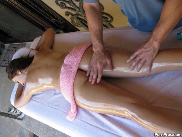 Дама с огромными дойками после массажа занимается быстрым сексом