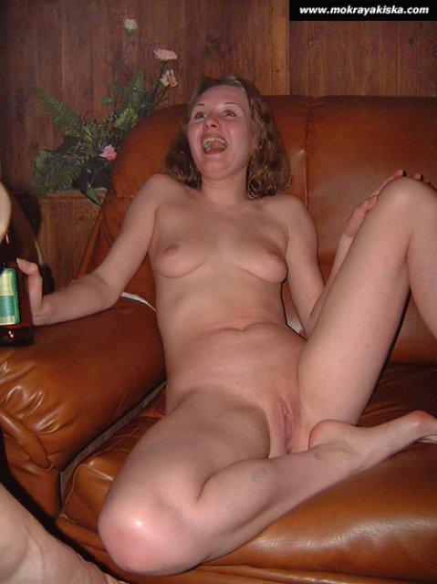 Пьяные давалки после порно вечеринки показывают бритые киски