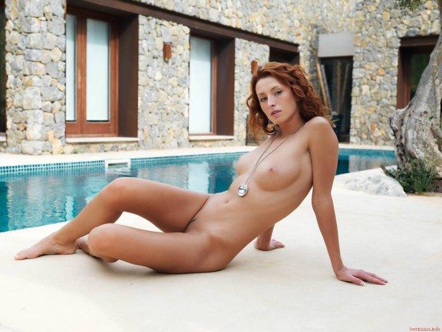 Рыжая леди у бассейна с бритым лобком устроила откровенный стриптиз