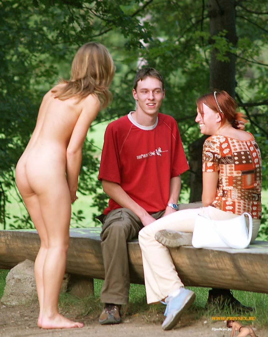 Голая девушка в парке покажет класс