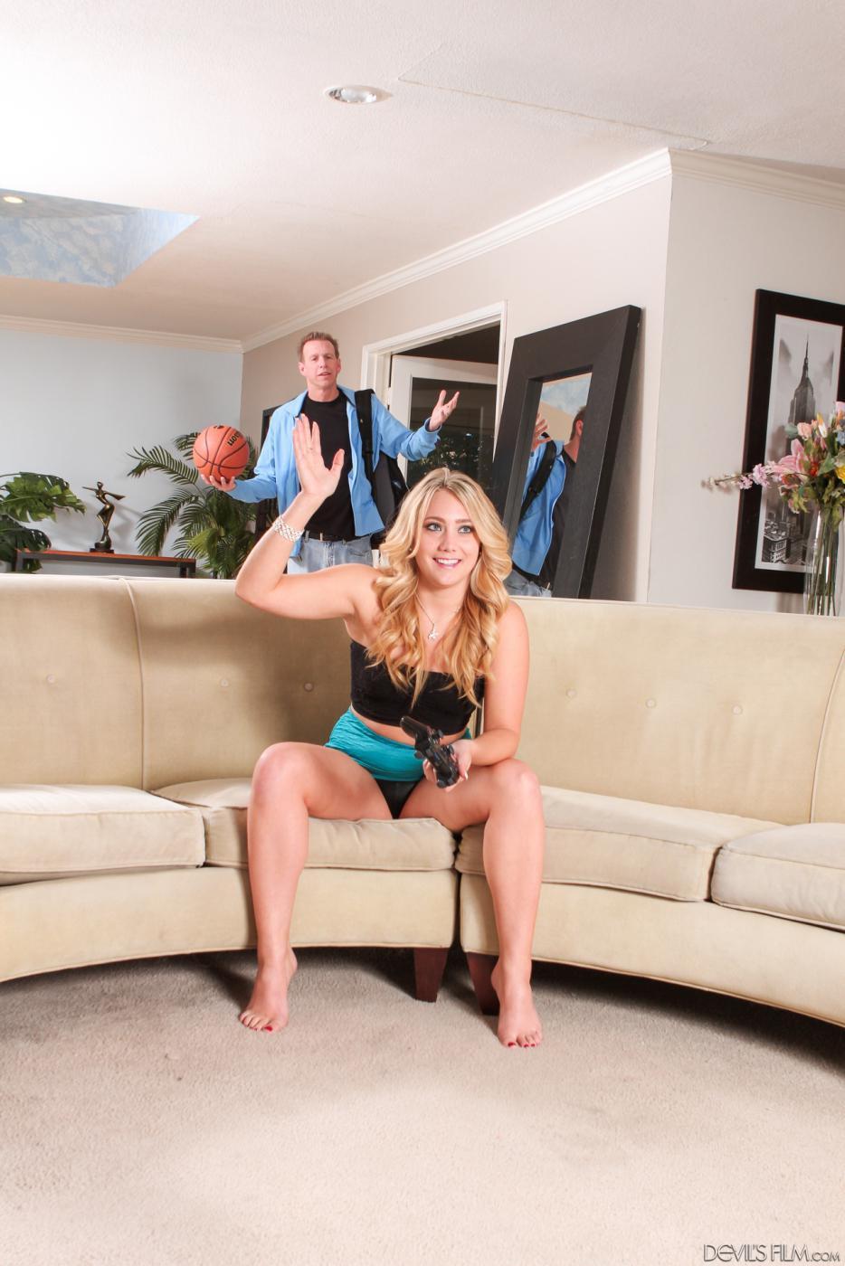 Порнографические каналы блондинки на диване