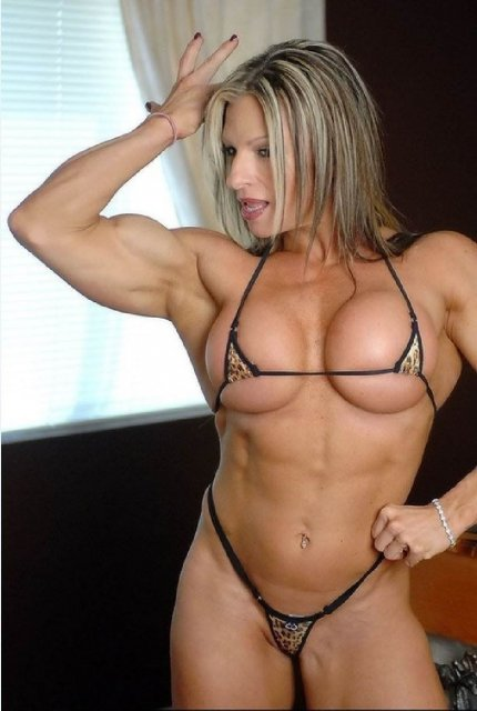 Мускулистые девочки в доме показывают идеальное тело