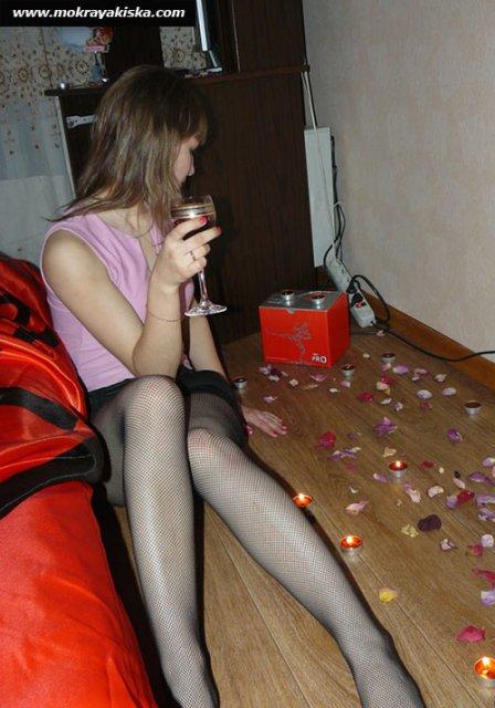 Пьяные девушки в доме показывают сиськи